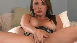 Brunetta carina si masturba
