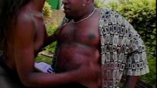 Coppia ebony fa sesso outdoor