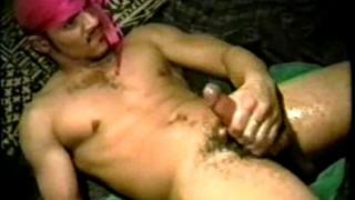 Gay si masturba a letto