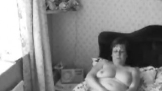 Milf cicciottella si masturba in camera da letto