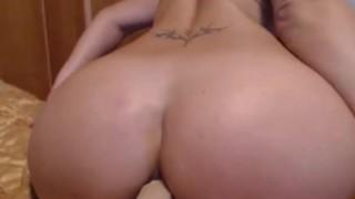 Si masturba il grosso culo in cam