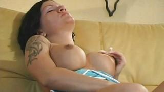 Si masturba sul divano di pelle