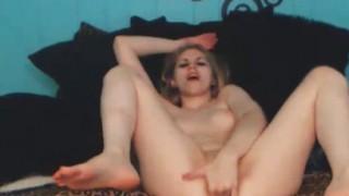 Teen bionda dilettante gode in webcam