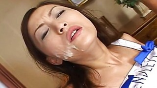 Teen giapponese succhia due cazzi
