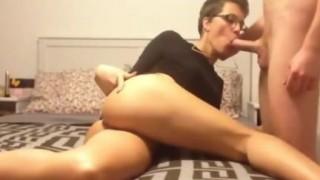 Sexy milf tedesca con gli occhiali inculata
